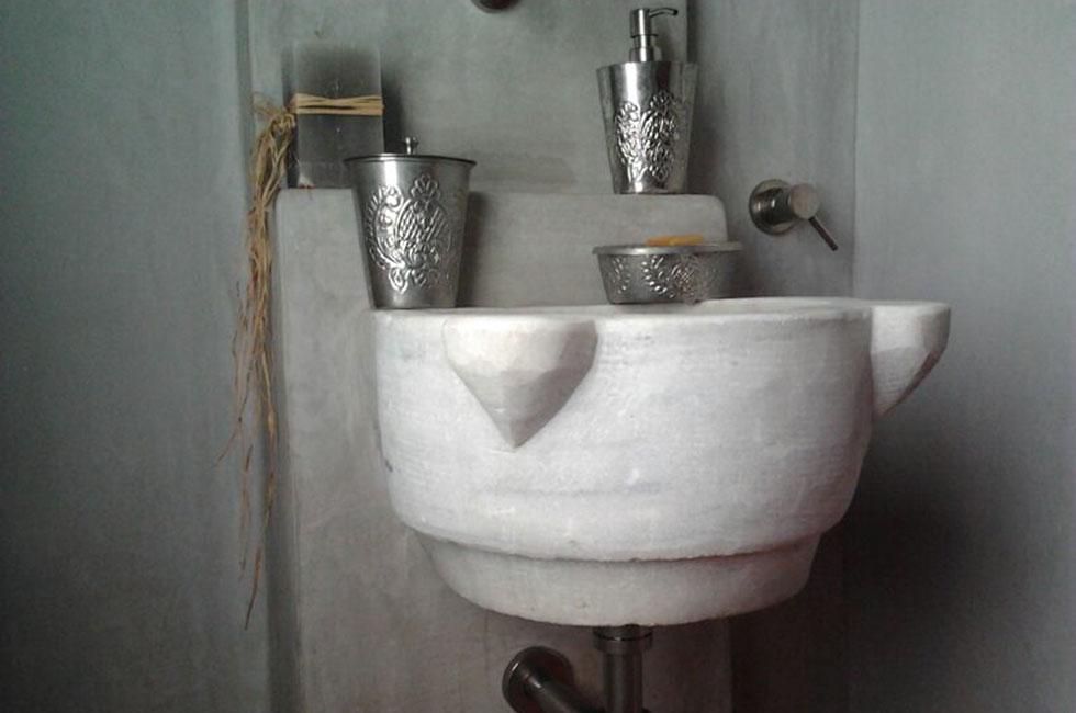 lavabo monoblocco in marmo scolpito in marmo
