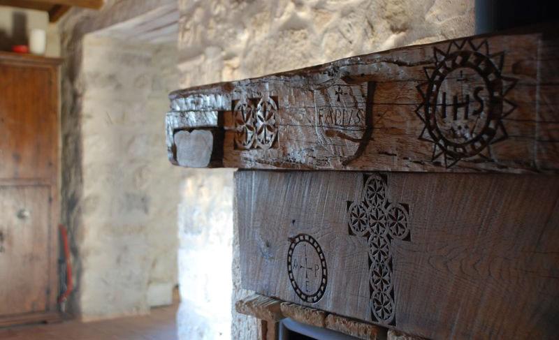 trattamento del legno con intagli e incisioni tradizionali