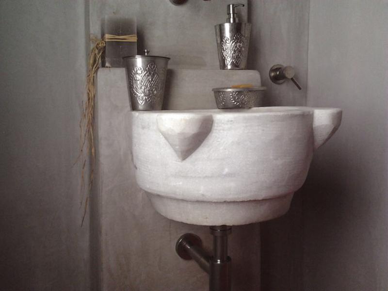 bagno con finitura tadelakt, lavabo monoblocco scolpito su misura
